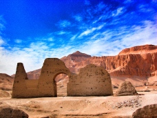 Gate to a tomb at Asasif and el-Qurn, the highest peak in Luxor © Cindy Giannoulatos-Malnasi